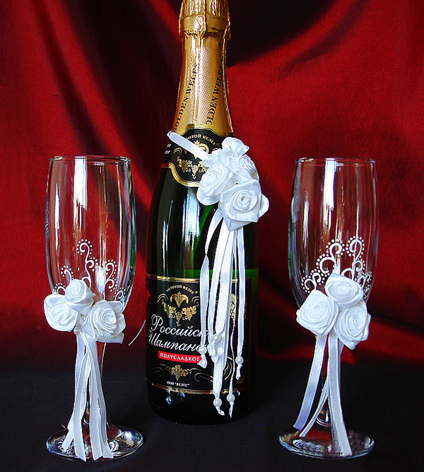 Украшенные бокалы и бутылки на свадьбу своими руками