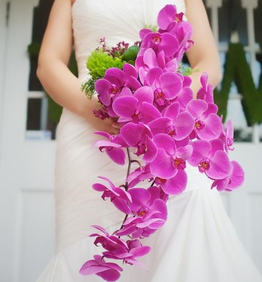 Букет из розовых орхидей отлично сочетается, как и с классическим белым платьем, так и с креативным нарядом невесты в розовом цвете